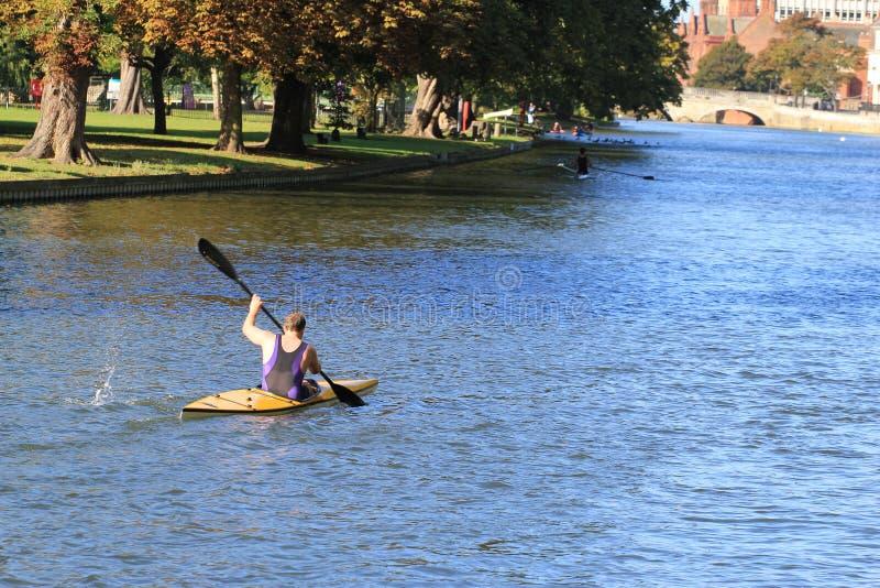 划皮船在贝得福得河。 免版税库存照片