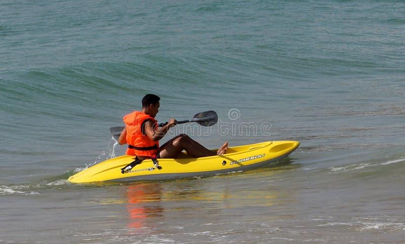 划皮船在阿尔布费拉葡萄牙附近 库存照片