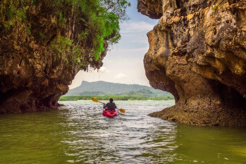 划皮船在高峭壁下在泰国 库存照片