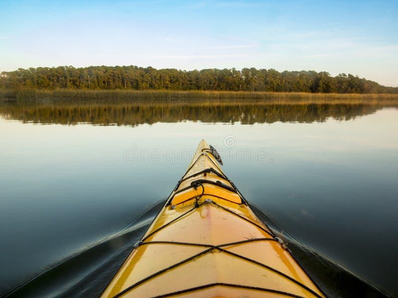 划皮船在玻璃状水 免版税图库摄影