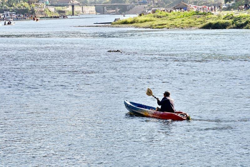 划皮船在Nam歌曲河河岸, Vang Vieng,老挝 库存图片