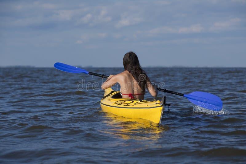 划皮船的妇女 库存图片