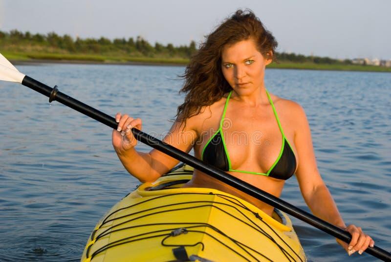 划皮船的妇女 库存照片