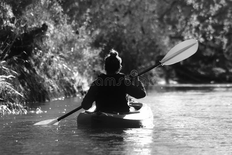 划皮船的妇女 免版税库存照片