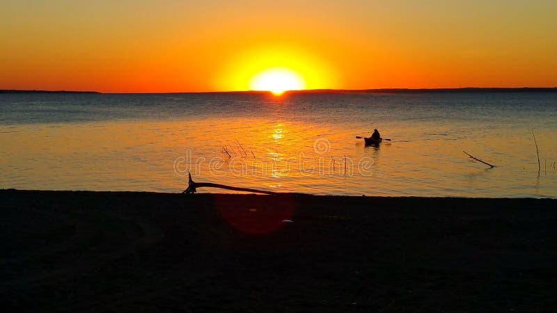 划皮船的日落 库存照片