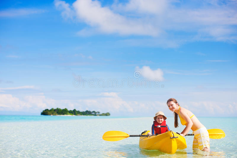划皮船的母亲和的儿子 图库摄影