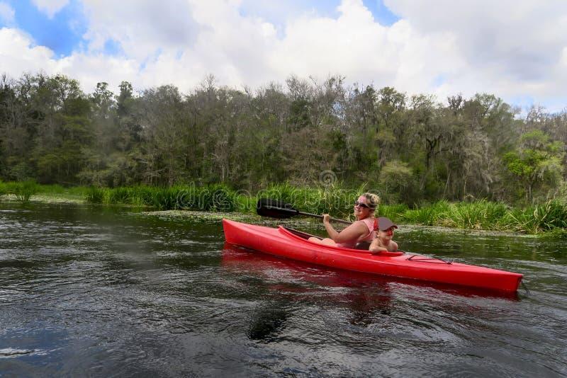 划皮船的母亲和的儿子- Ichetucknee河 免版税库存图片