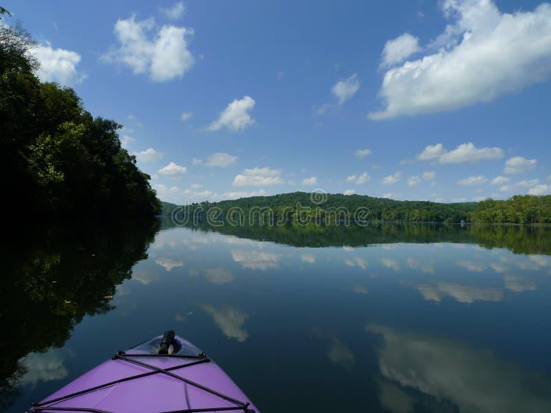 划皮船的湖Taneycomo在西南密苏里 免版税库存图片