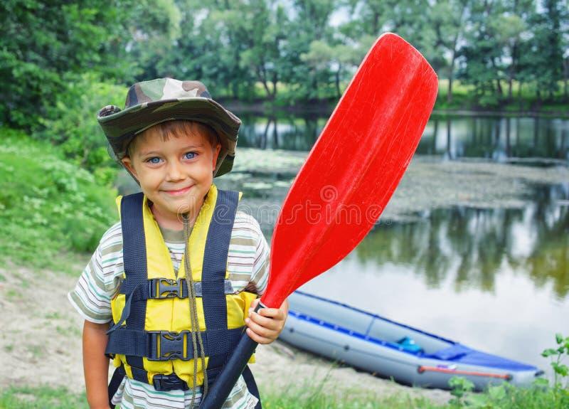 划皮船的男孩 库存图片