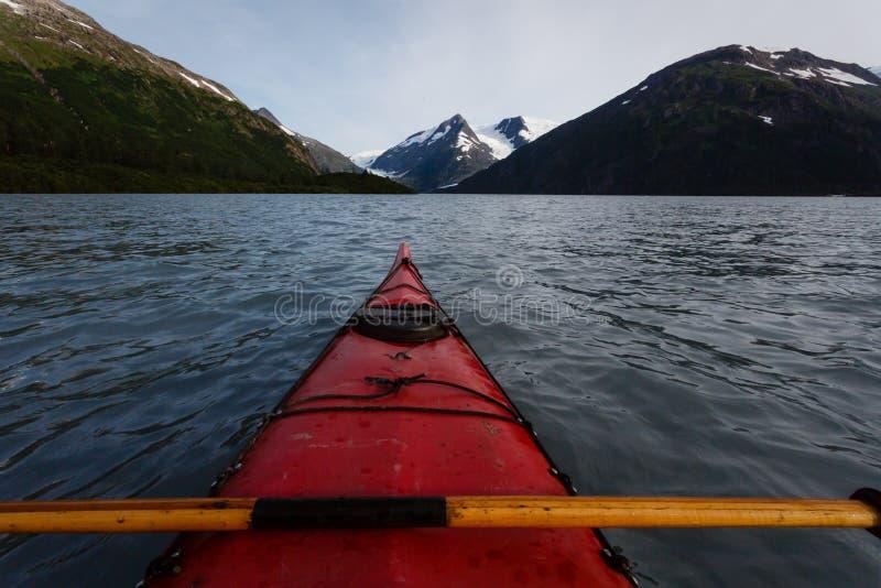划皮船的portage湖在夏日的阿拉斯加原野 库存图片