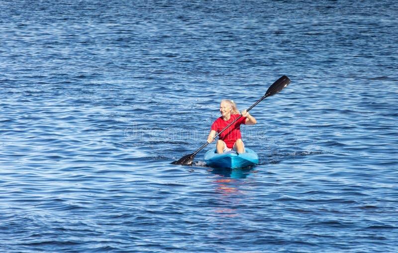 划皮船资深妇女的背景  免版税图库摄影