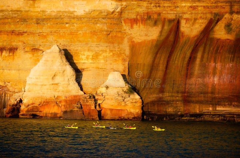划皮船,湖岸被生动描述的岩石国民,密执安 免版税库存照片