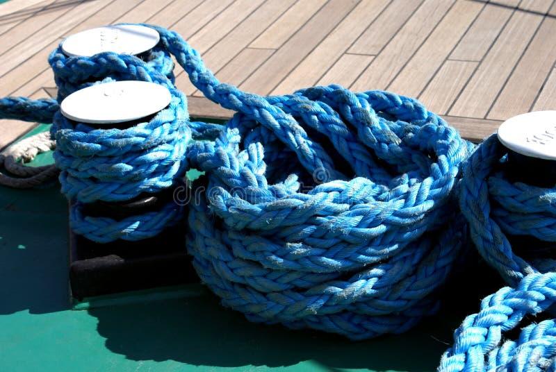 划船和海洋绳索 免版税库存图片