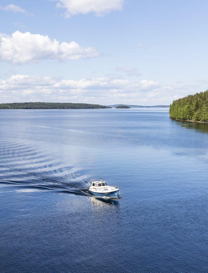 划船在美好的夏日 免版税库存照片