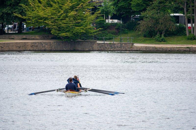 划船者在体育小船坐并且等待种族的开始 免版税库存照片