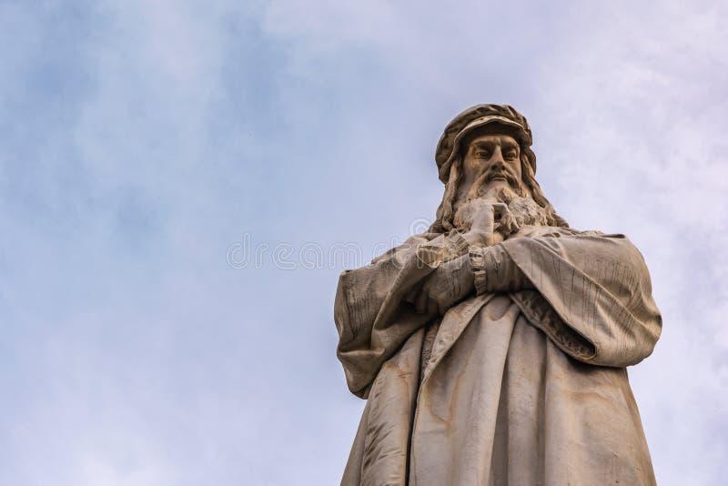列奥纳多・达・芬奇雕象米兰意大利蓝天特写镜头画象B 免版税库存图片