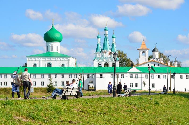 Download 列宁格勒地区,俄罗斯, 2015年9月, 13日,走在Svyatotroitsky亚历山大Svirsky修道院附近的人们 编辑类库存图片 - 图片 包括有 寺庙, 宗教信仰: 62528389