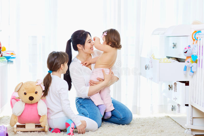 系列愉快爱 母亲和儿童女孩使用,微笑 免版税库存图片