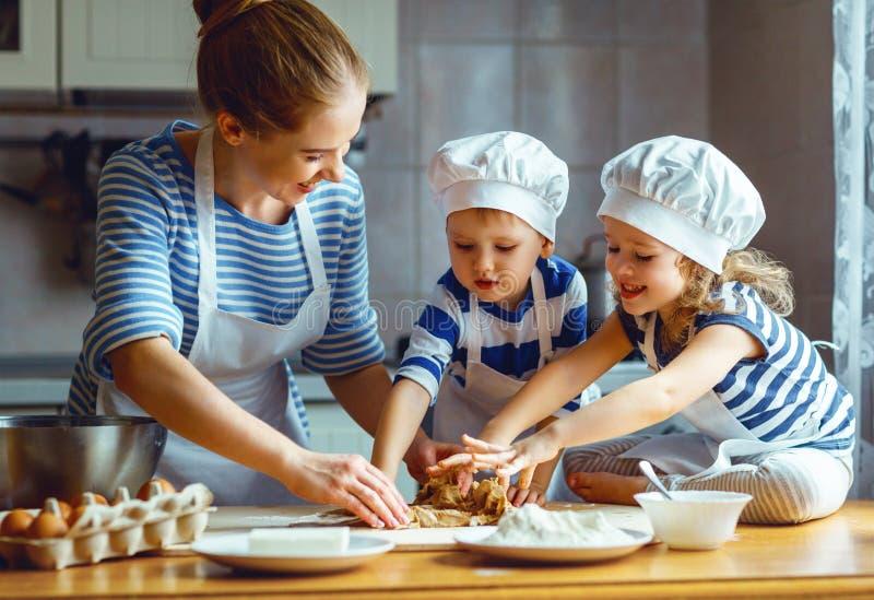 系列愉快的厨房 准备面团, ba的母亲和孩子 库存照片