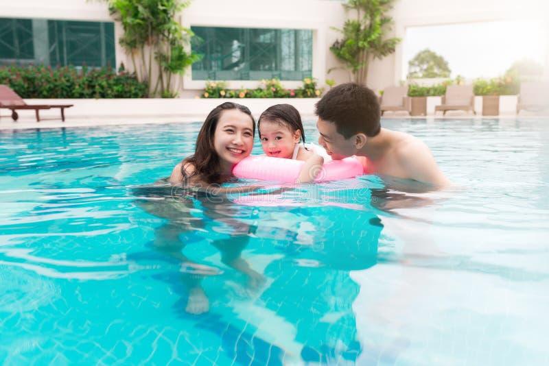 系列愉快的池游泳 浓缩的暑假和的假期 图库摄影