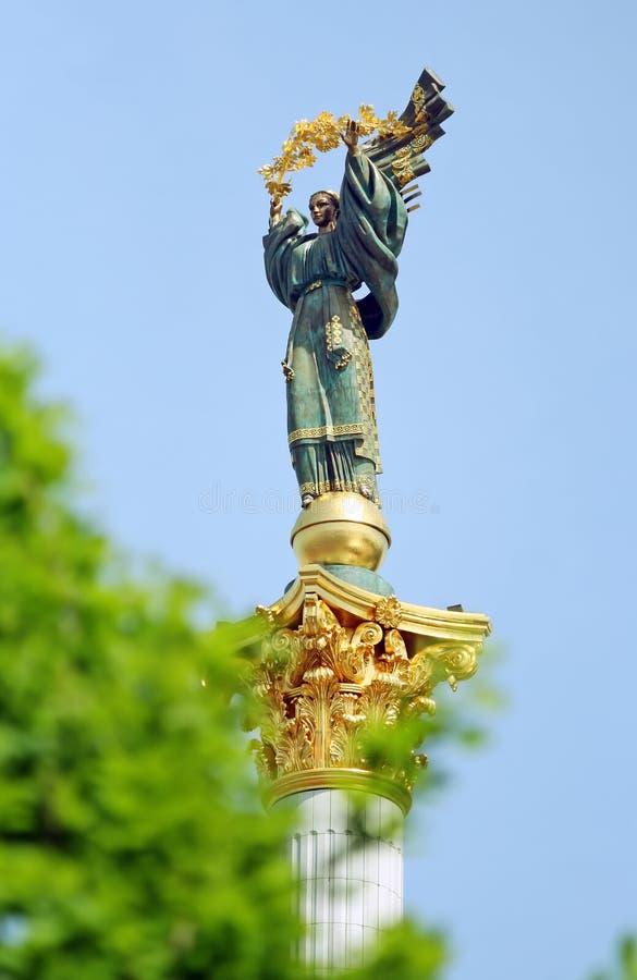 列独立冠上的monoment雕象 库存图片