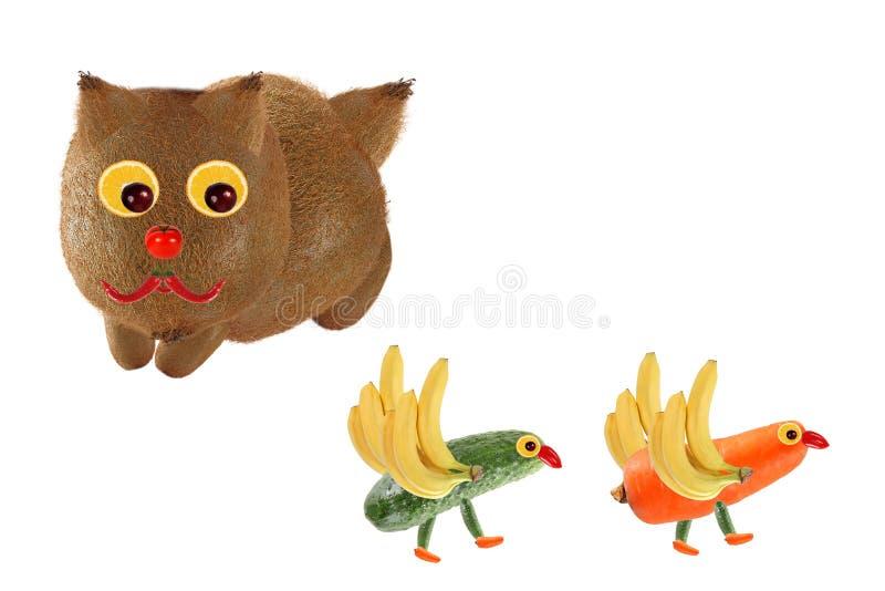 创意食品概念 小猫,小小小小鸟,由蔬菜水果做成 库存照片