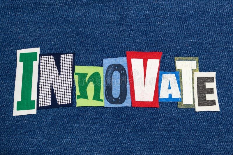 创新在牛仔布,创造性思为的文本词拼贴画五颜六色的织品 库存照片