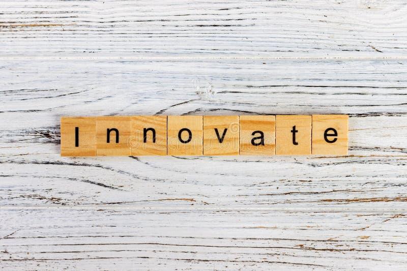 创新用木块做的词在桌 图库摄影