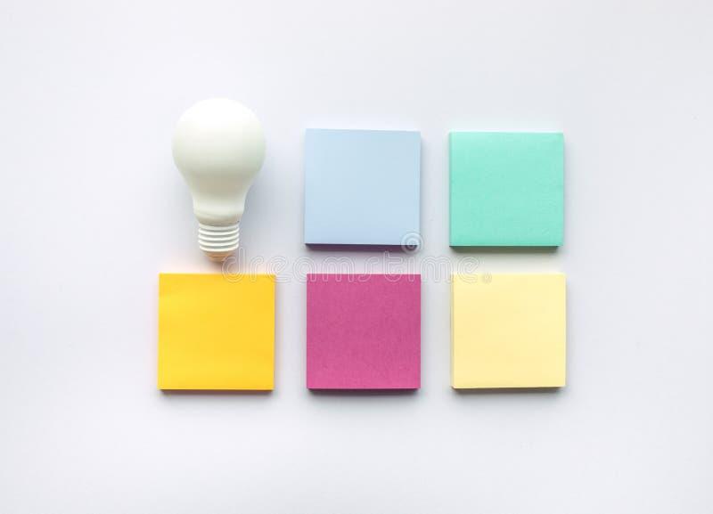 创造性与电灯泡和便条的启发概念 库存照片
