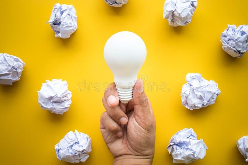创造性启发、想法与电灯泡和纸球 库存照片
