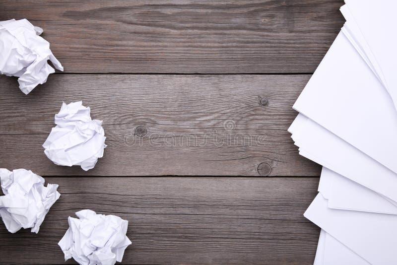 创造性概念、压皱纸和空白纸在灰色木背景 库存照片