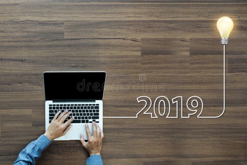 创造性电灯泡想法2019新年 免版税库存照片