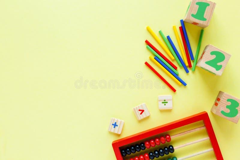 创造性的Сolorful块,灯箱,在黄色背景的分数 孩子的有趣的滑稽的算术 教育,回到学校 图库摄影