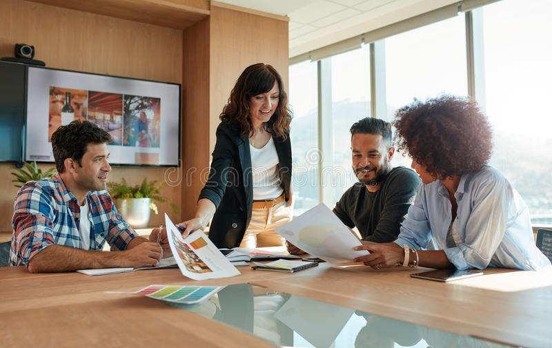创造性的专家谈论新的项目在会议 库存图片