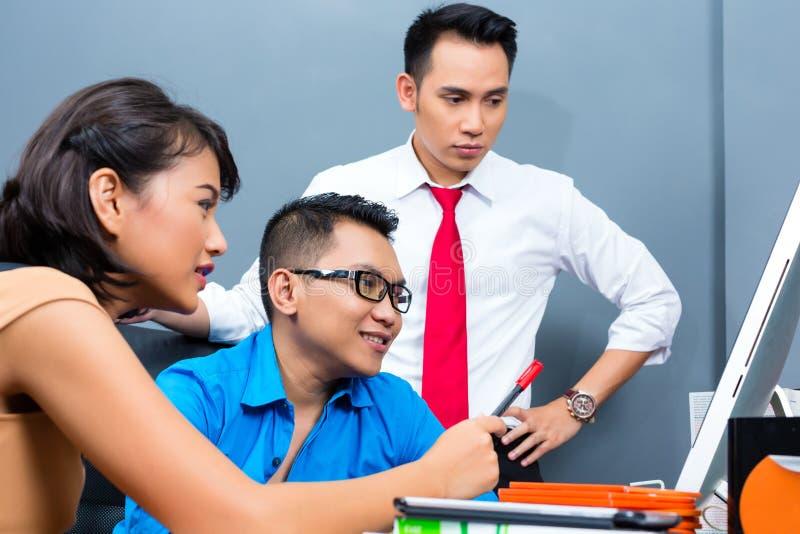 创造性的事务亚洲-在办公室合作会议 库存图片