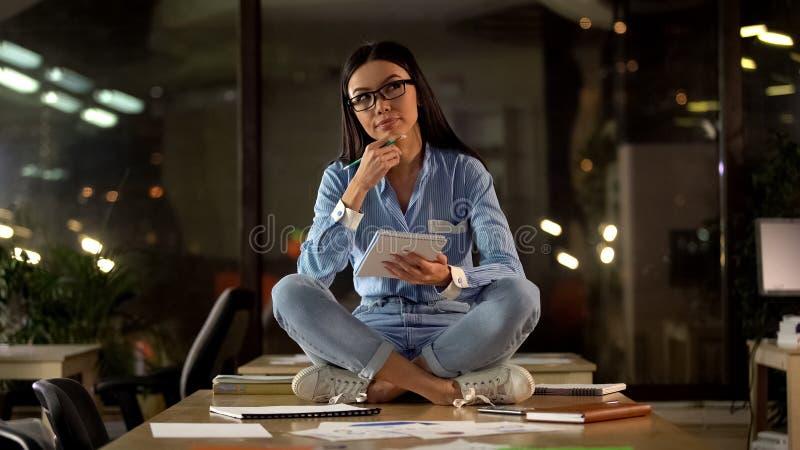 创造性的亚裔妇女坐办公室桌,想法的起始的想法,作家 库存图片