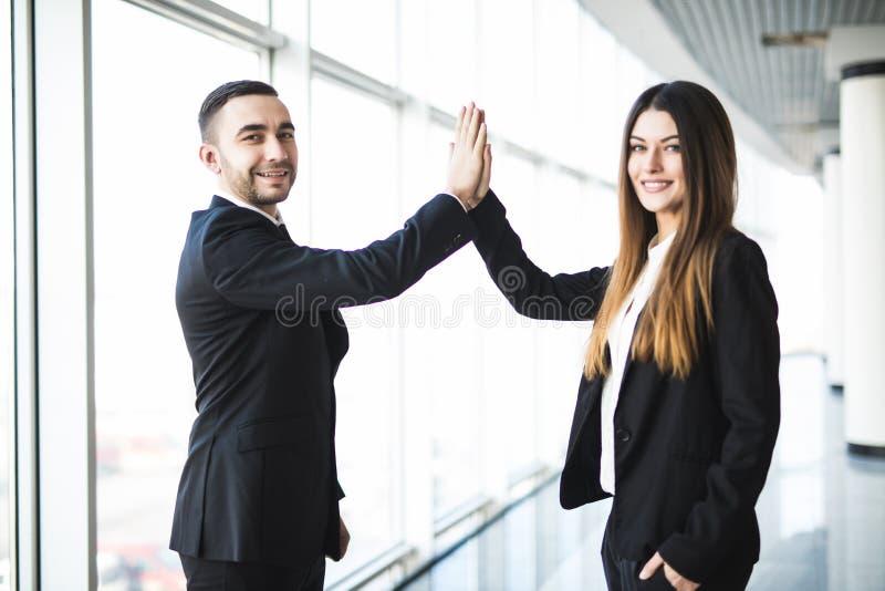 创造性的企业夫妇递做上流五在办公室 免版税库存图片
