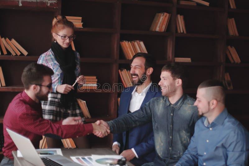 创造性的伙伴握手在设计演播室 库存照片