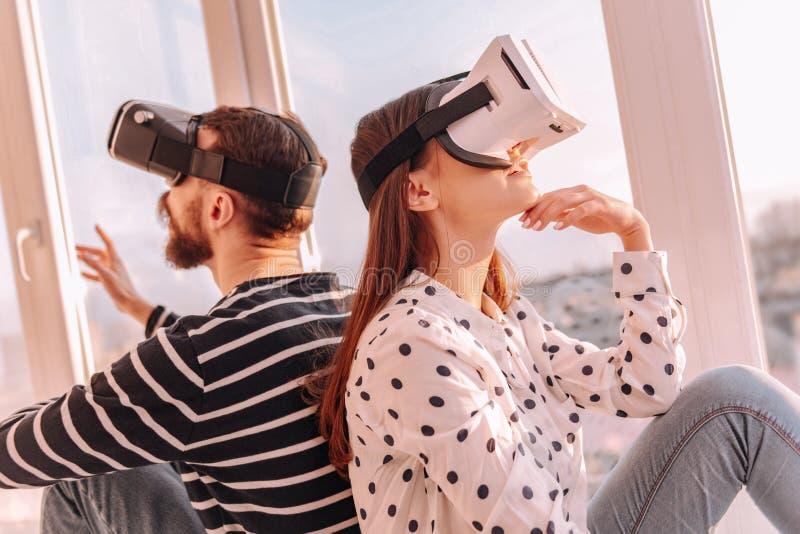 创造性的加上一起花费时间的VR玻璃 免版税图库摄影