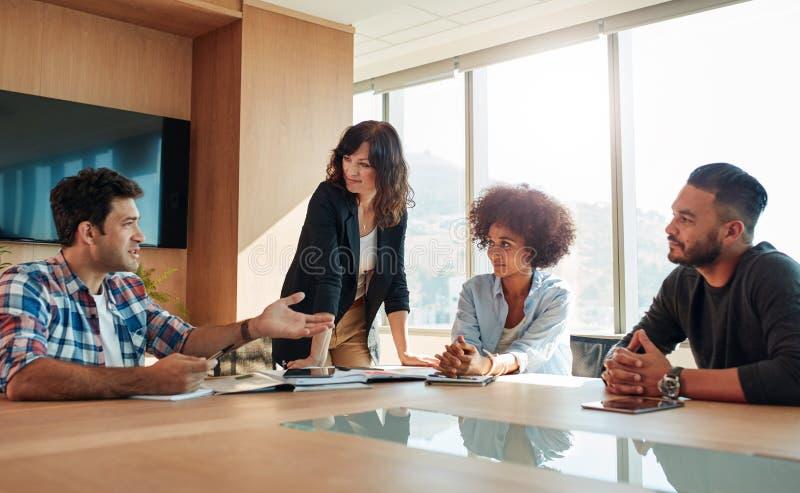 年轻创造性的商人在会议 库存图片