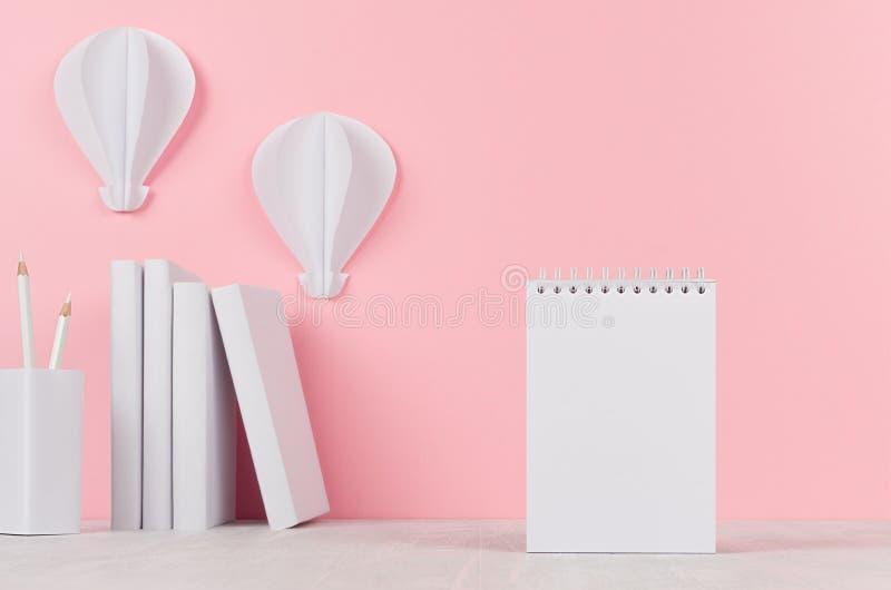 创造性的嘲笑回到学校-白色文具、空白的信头和热空气气球origami在软的桃红色背景 免版税图库摄影