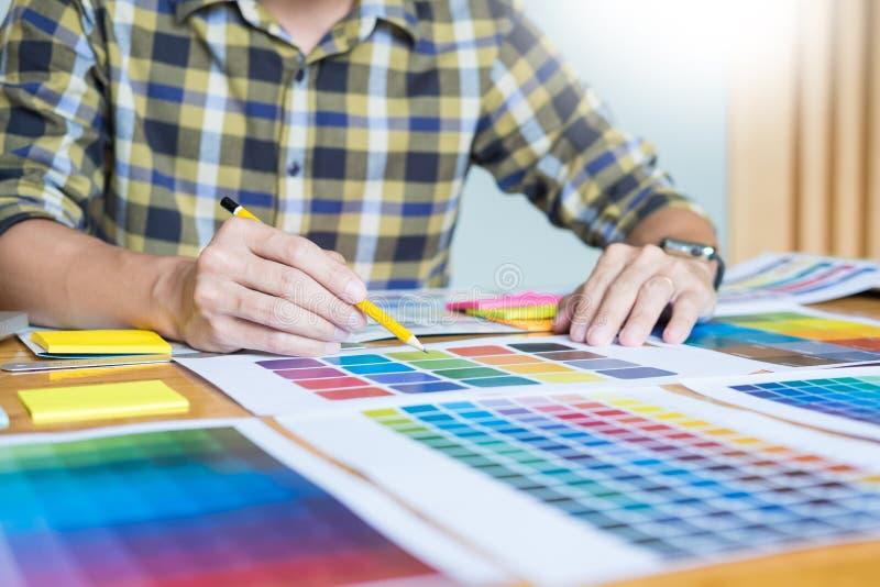 创造性的图表设计师在工作 颜色样片抽样pantone 免版税库存图片