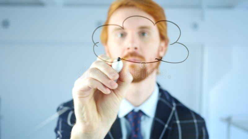 创造性的在透明玻璃的云彩计算的概念在办公室,红色头发商人 免版税库存图片