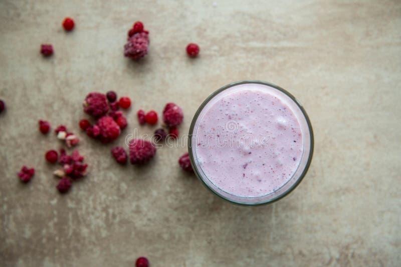 创造性的布局由莓、草莓和椰子圆滑的人制成 r 在灰色背景的圆滑的人 免版税图库摄影