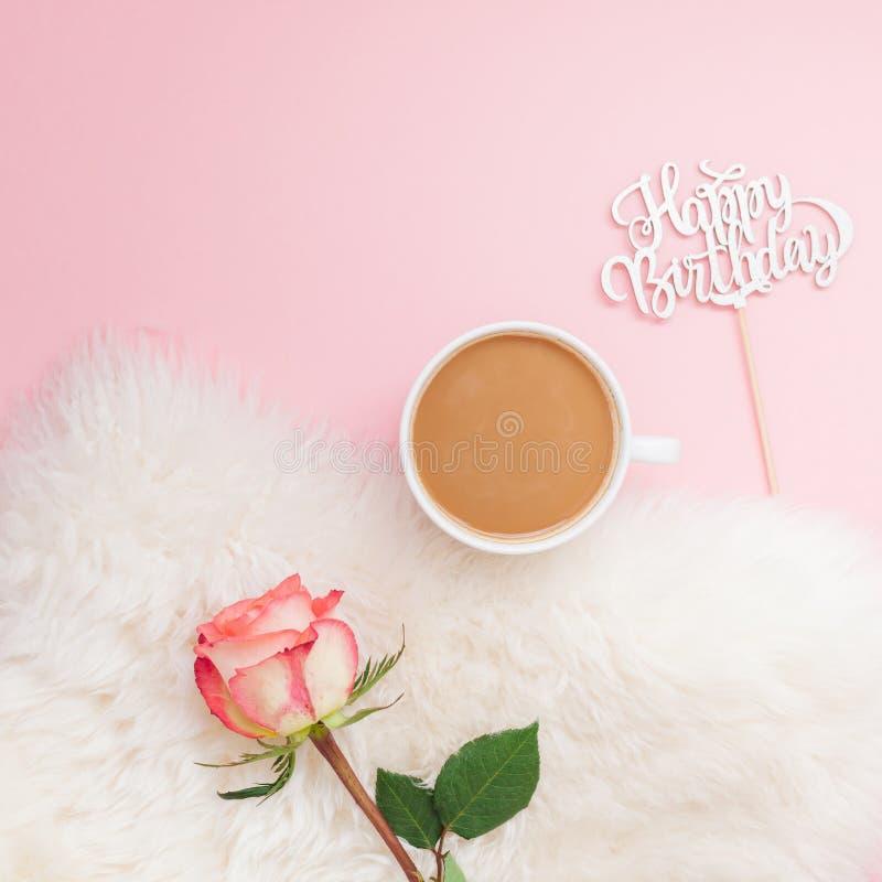创造性的平的位置顶上的顶视图咖啡牛奶拿铁杯子上升了在千福年的桃红色背景拷贝空间最小的样式的花 秋天 库存照片