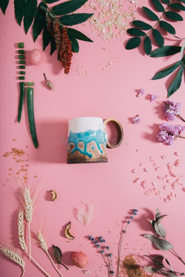 创造性的平的杯子嘲笑位置顶视图在淡色千福年的桃红色纸背景拷贝空间 文本字法的模板 库存图片