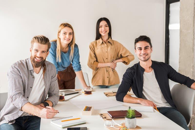 创造性的微笑的小组在办公室 库存图片