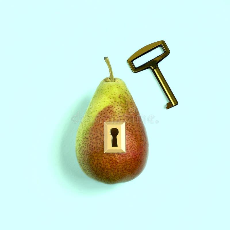 创造性的想法:与锁和钥匙的梨 免版税库存图片