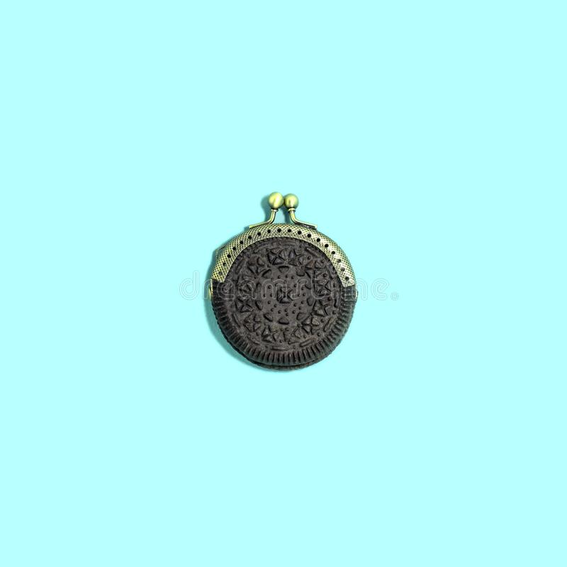 创造性的想法:作为钱包的巧克力曲奇饼 免版税库存照片