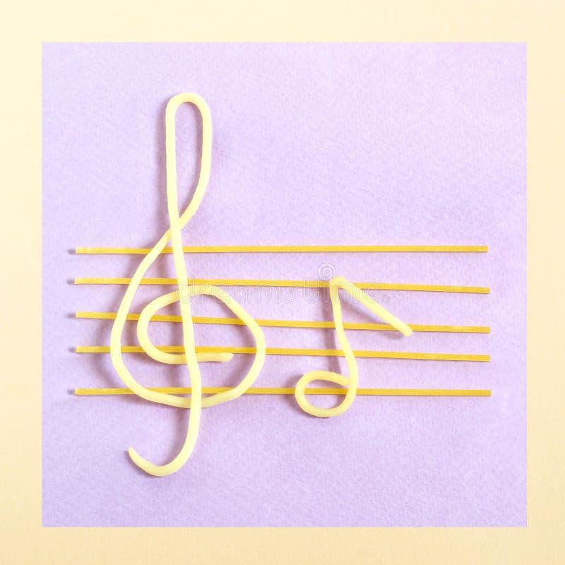 创造性的想法:作为音乐职员的意粉 免版税库存照片